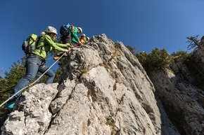 Towards the summit in lofty heights on the Bergmandl via ferrata.  | © Martin Fueloep